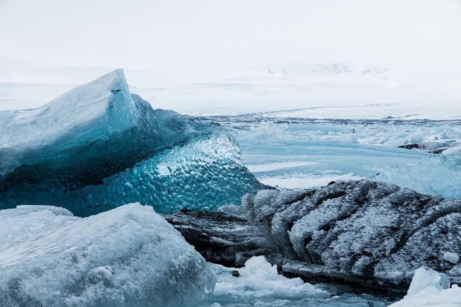 Eisberg so schön wie ein Kirchenfenster: oder einfach nur herumtreibende, abgekalbte Eisberge in bizarren Formen.