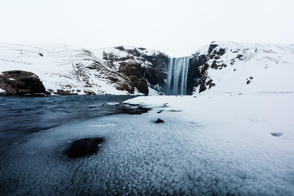 Island Skogafoss Wasserfall: In Island habe ich oft mit stark geschlossener Blende fotografiert, um eine hohe Tiefenschärfe zu erzielen. Im oft kritischen Ultraweitwinkelbereich ist das EF 16-35 f/4 L IS scharf von der Bildmitte bis zum Rand - auch weniger stark abgeblendet.