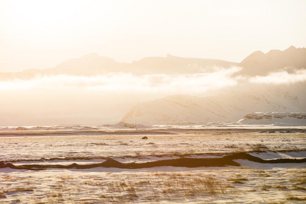 Sonnenuntergang Island: Teleobjektive in der Landschaftsfotografie? Oh ja! Mit Tele-Objektiven ist durch die Kompression im Bild und dem kleineren Bildausschnitt eine interessante Komposition oft nicht schwer zu finden.