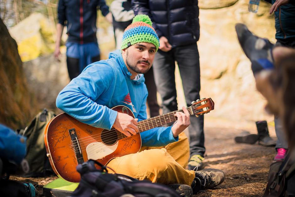 Musikalische Untermalung in der sonnigen Mittagspause am Fels mit allen Freunden: Mehr geht nicht!