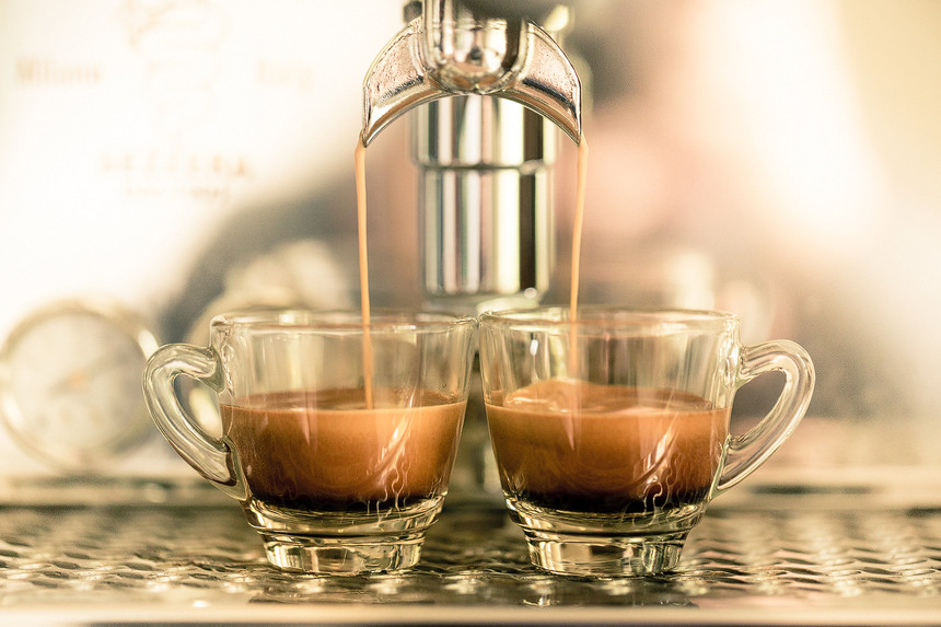 Titelbild Erguss von Créma: Doppio, Espresso aus dem doppelten Siebträger in die Glastassen. Produktfotografie bastianpaas.de