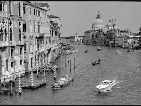 Venezia_canal_film_black_and_white.jpg