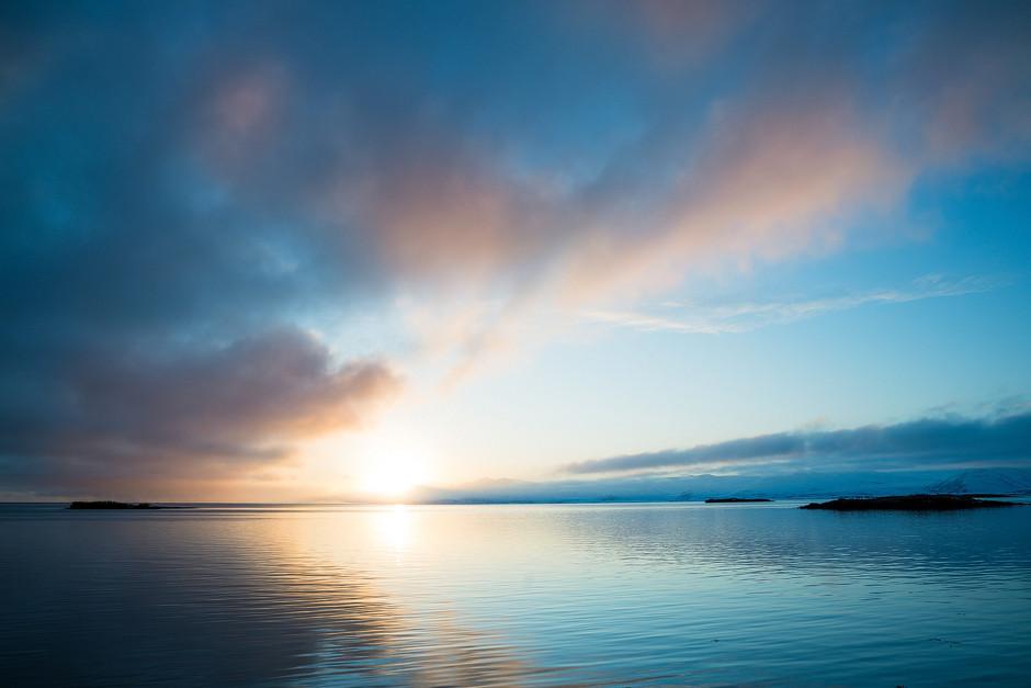 Pünktlich zum Sonnenuntergang, waren wir zurück an der Küste. In Höfn war unser weit entferntester Reiseort erreicht. Ab hier ging es wieder zurück zu unserem Ausgangsort Rejkjavik.