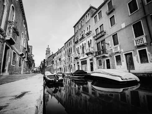 Venezia_canal_morning_hours_black_and_white.jpg