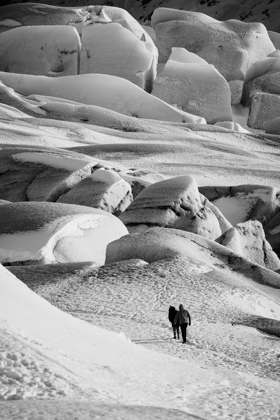 Kleiner Mensch - großer Gletscher. Gletscherzunge Island. Fotostory.