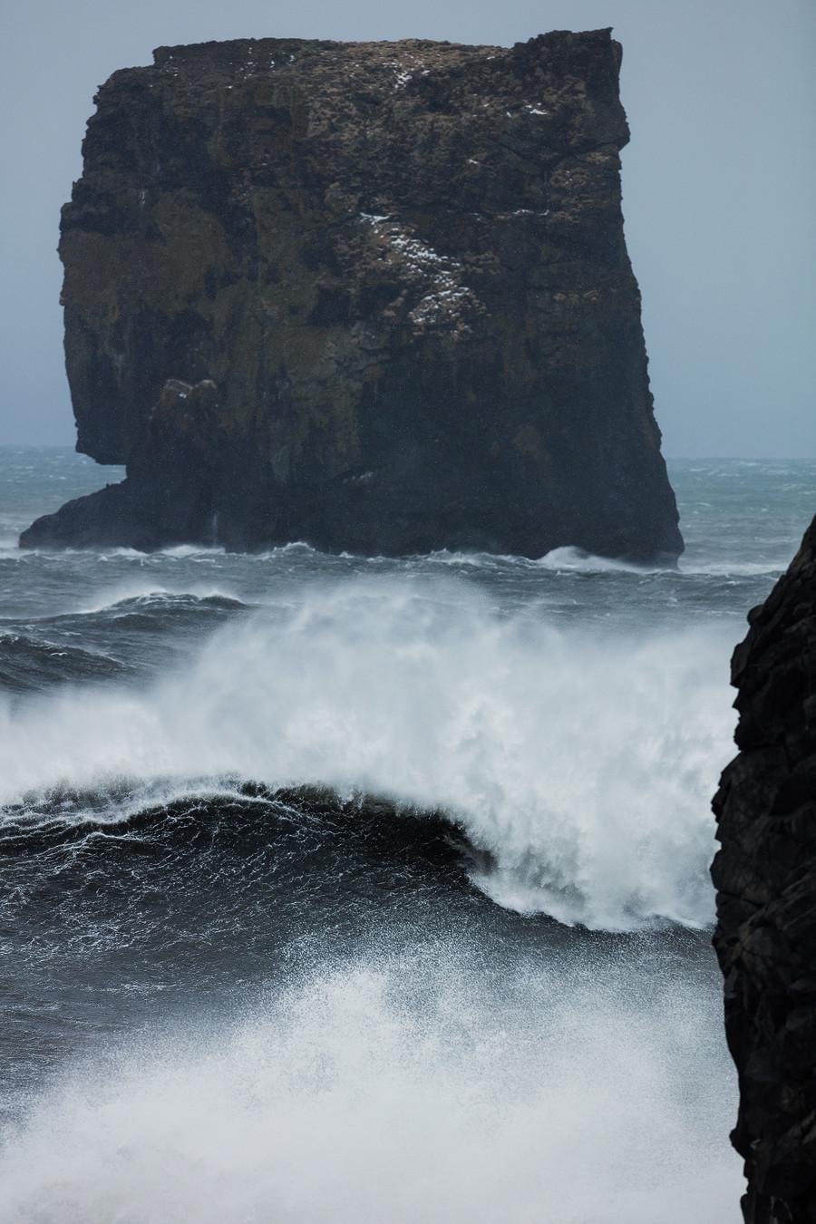Pure Gewalt: Wellen vor dem schwarzen Strand in Vik. Island.