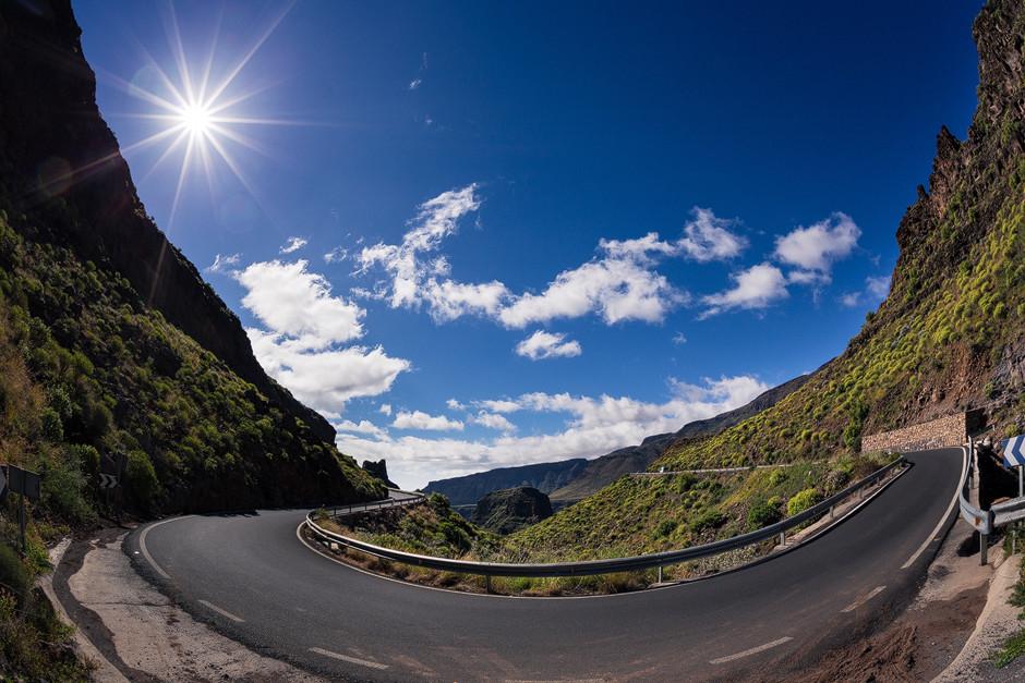 Hufeisenserpentine - Die gut ausgebauten Straßen winden sich in zahlreichen Kurven durch die bizarren Bergregionen und machen Transfers in die Bergdörfer teilweise zu recht zeitintensiven Unternehmen.