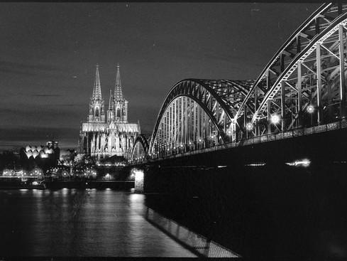 der_dom_zu_koeln_black_and_white.jpg