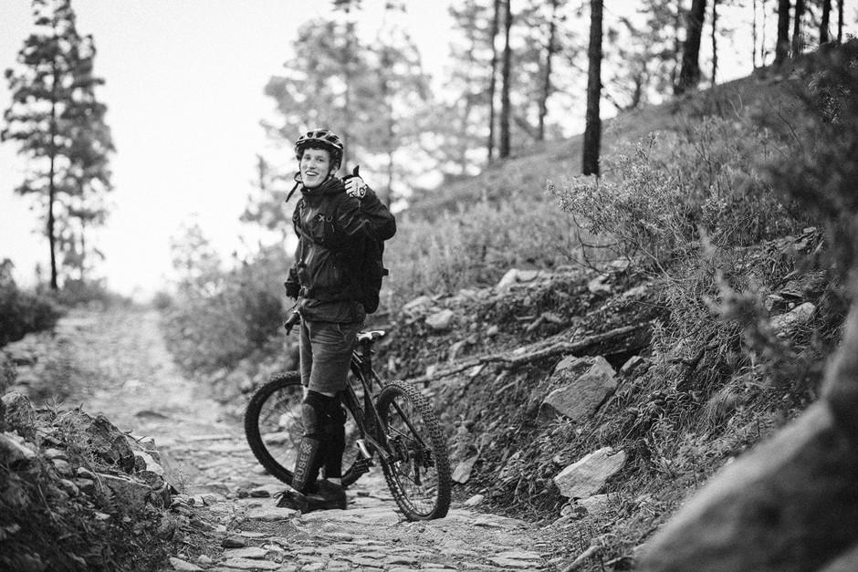 Daumen Hoch! Erschöpft, aber mit dem glücklichen Gesichtsausdruck verursacht durch einen höhenmetergesegneten Mountainbiketag.