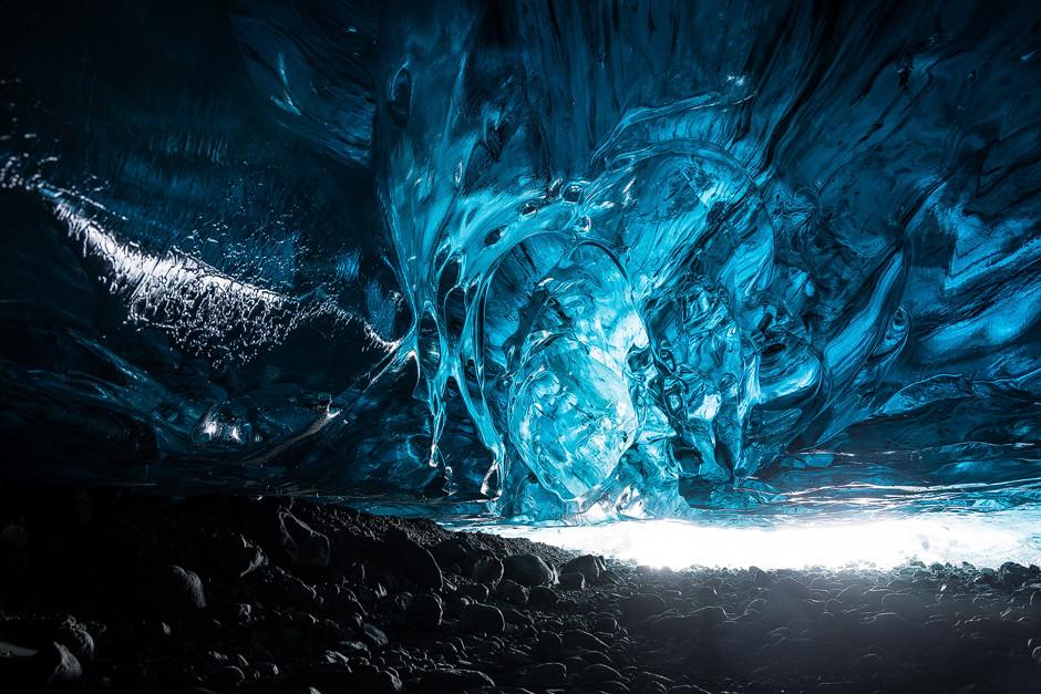 Blue ice cave Iceland: Unfassbares Farben- und Formenspiel, freigelegt durch Schmelzwasser im Sommerhalbjahr.