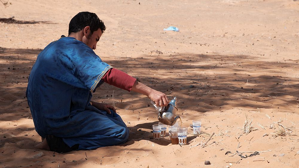 Nomád servíruje čaj v písku