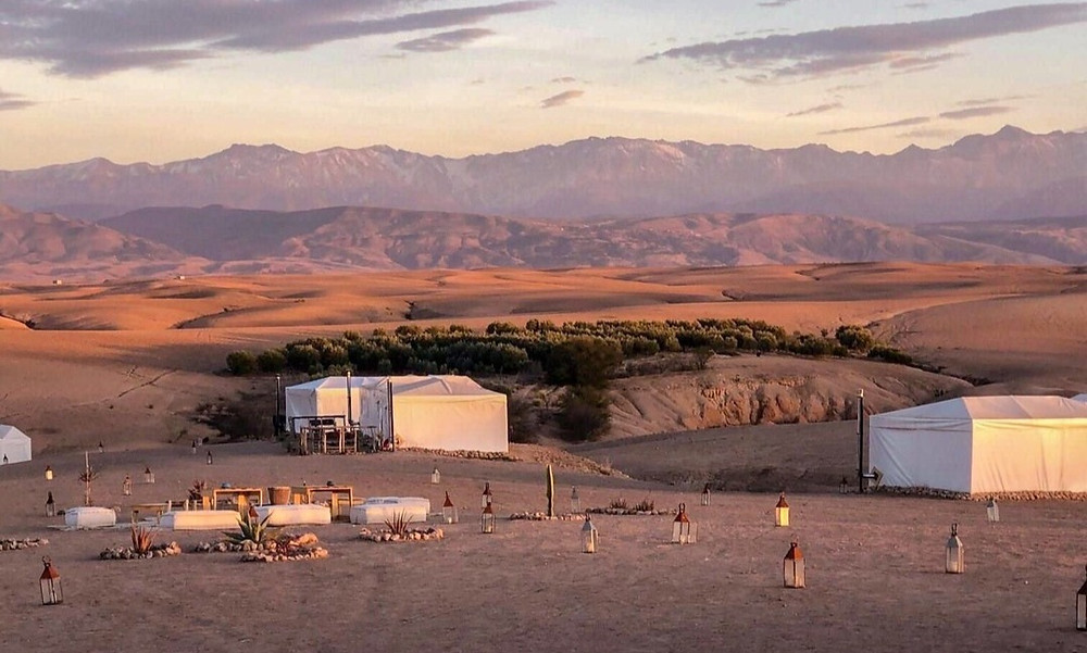 Beduínský kemp s horami na pozadí