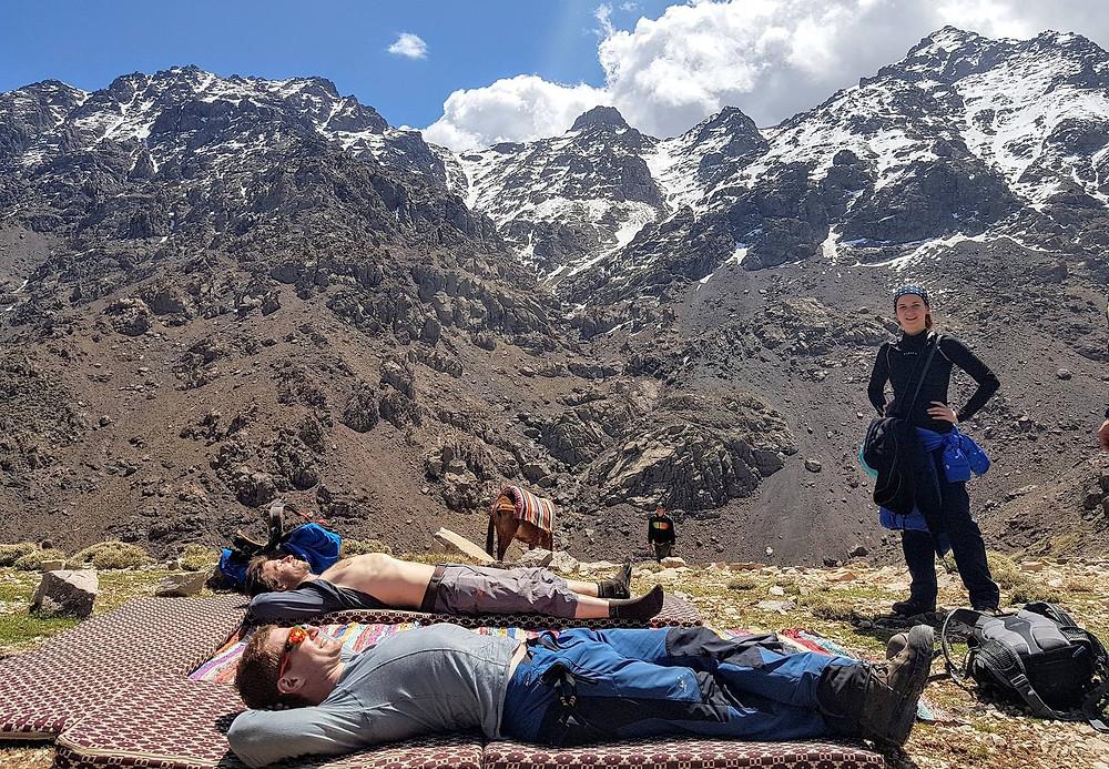 Dva ležící chlapci pod zasněženou horou