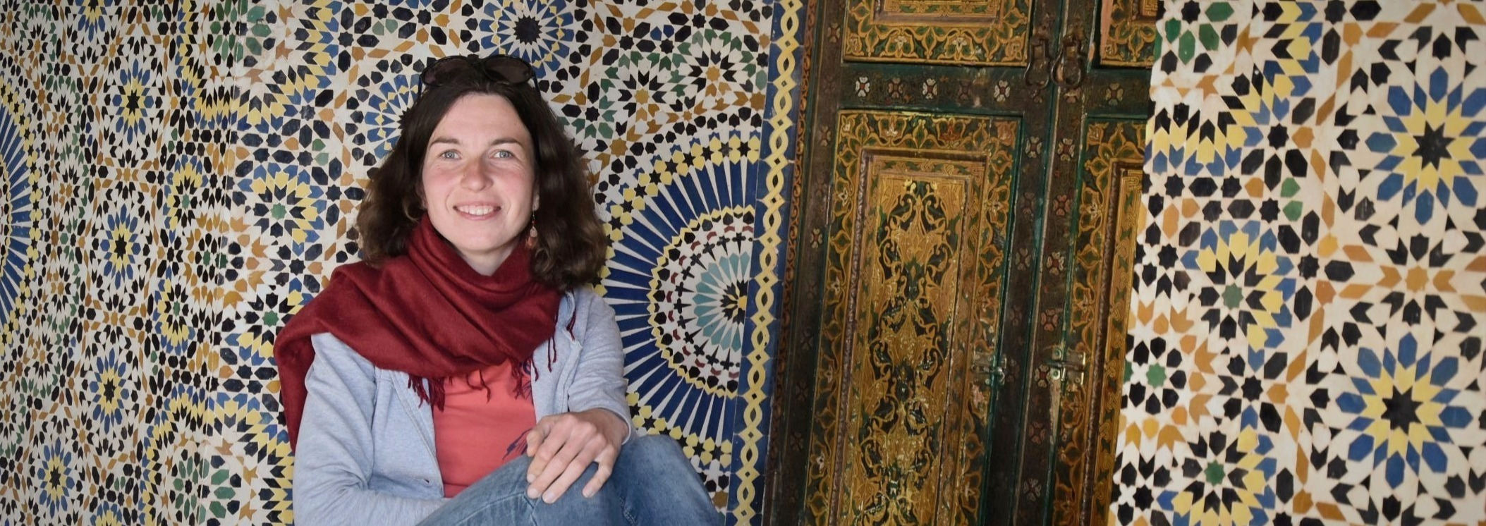 Tereza Huclova sedici pred barevnou marockou mozaikou