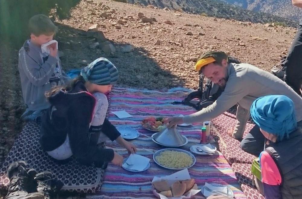 Děti piknikují v horském sedle.