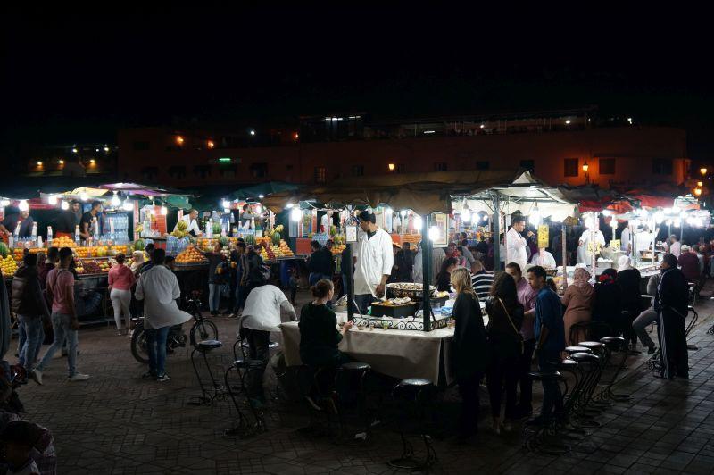 Restaurace na nočním náměstí Jemaa El Fnaa
