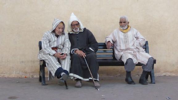 Staříci v tradičních oblecích - jilabách