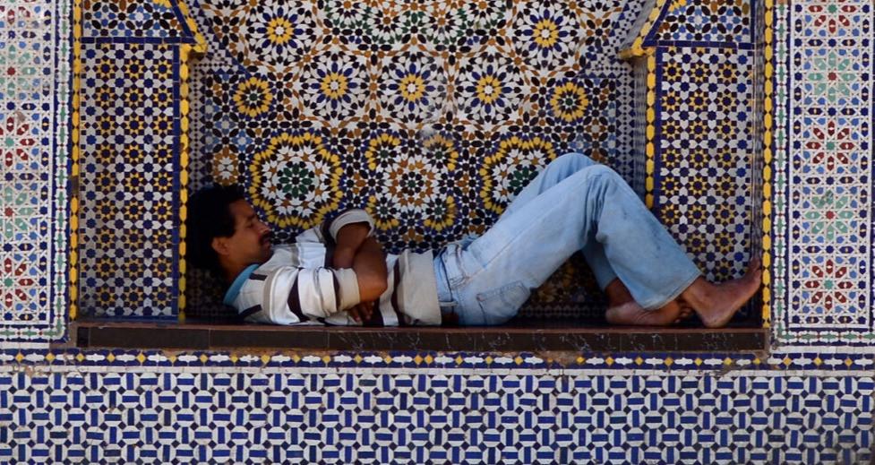 Spící muž ve výklenku
