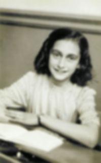 Anne_Frank_lacht_naar_de_schoolfotograaf