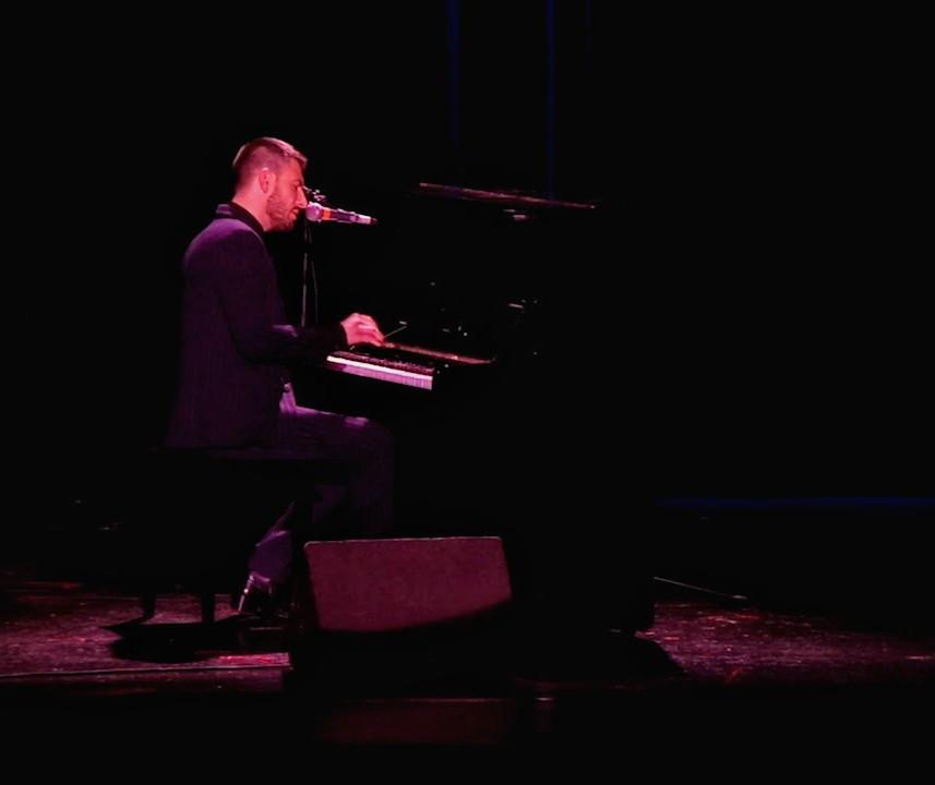 Michal Kwiatkowski au piano dans Cour des Artistes de Florence Bouvrot