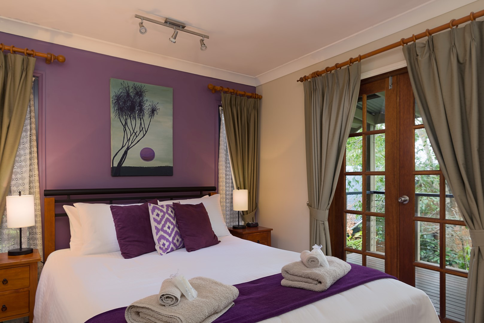 Jacaranda_Cottages_Maleny_Chalet_BEdroom_1