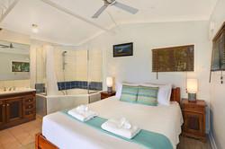 Jacaranda_Cottages_Whipbird_Bed_Spa