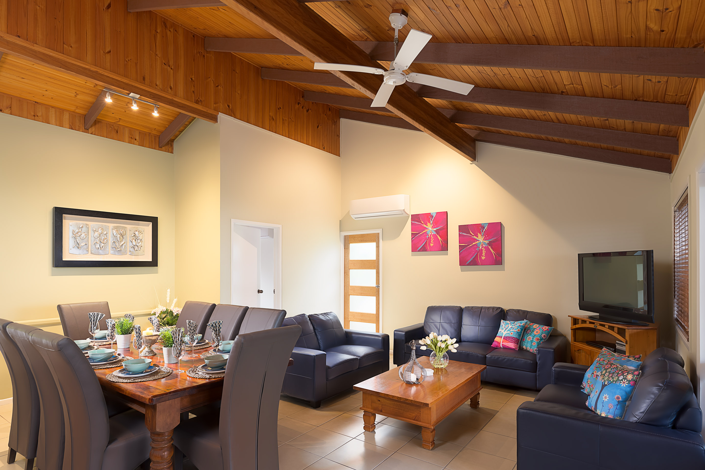 Jacaranda_Cottages_Maleny_Cathedral_Living_Dining