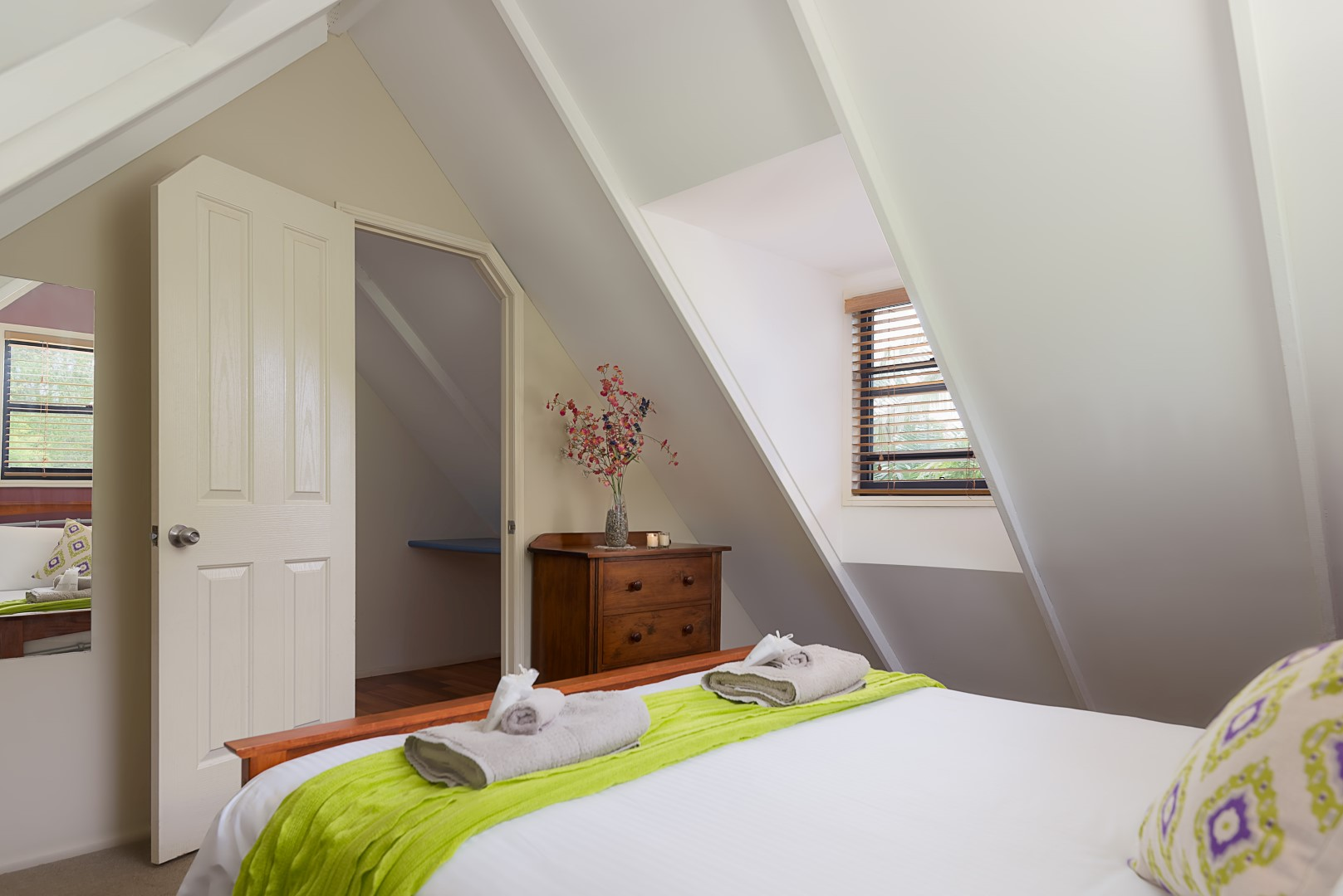 Jacaranda_Cottages_Maleny_Chalet_Bedroom_2