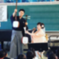 学校公演での演奏風景
