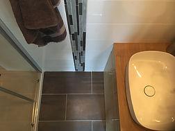 rénovation de salle de bain, nouveaux revêtements de sols et murs, nouvelle douche