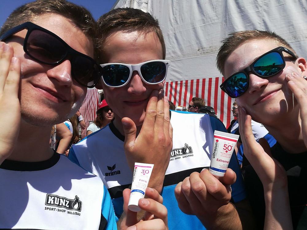 Das Bild zeigt drei Herren vom TVG beim Eincremen der zur Verfügung gestellten Sonnencreme von Ultrasun. Rote Köpfe? Doch nicht am GYM-DAY... In diesem Sinne, vielen Dank an Ultrasun für die Sonnenschutzartikel!