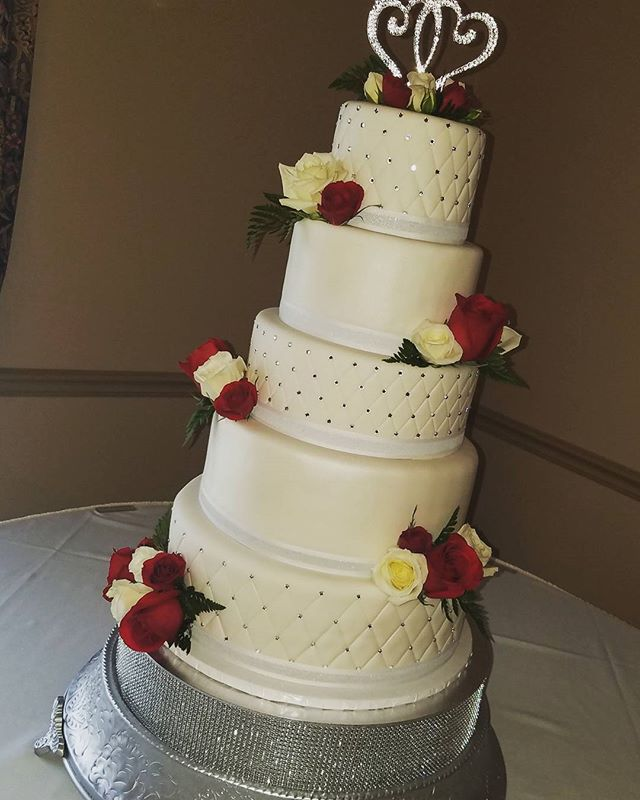 Congratulations Sandy & Bob ❤ #edibleart #thecakeplaceavon #weddingcake