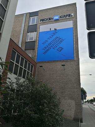 Banner_mit_LED-Strahlern.jpg
