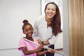 Chica con maestro de flauta