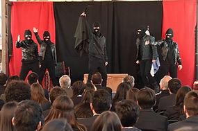 Obra teatral juvenil educativa trata la prevención de la discriminación y fomenta la inclusión.