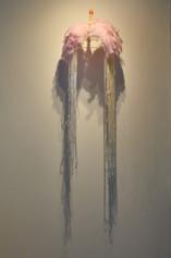 Asas do desejo, plumas e vela, dimensões variadas, 2021.