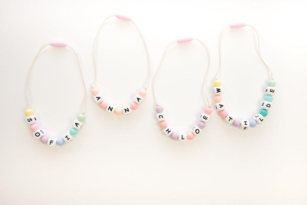collana con nome colori pastello arcobaleno