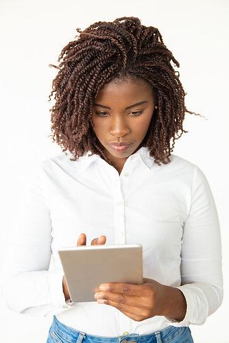 mulher-jovem-focada-com-tablet-pc_74855-