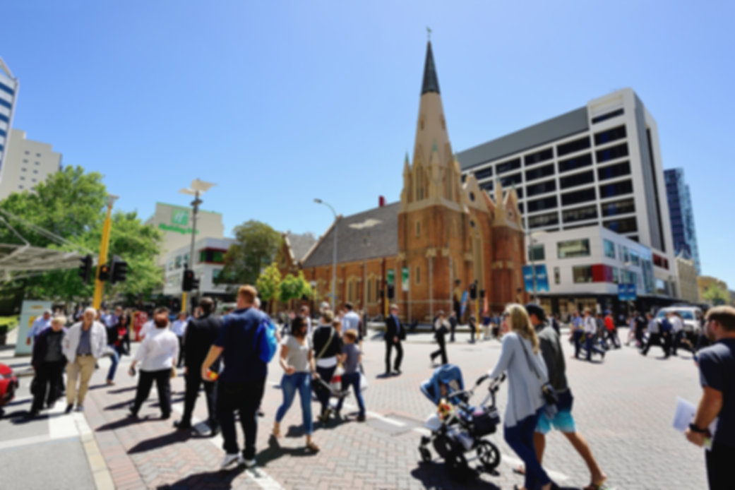 Homepage Menschen vor Kirche in Perth iS