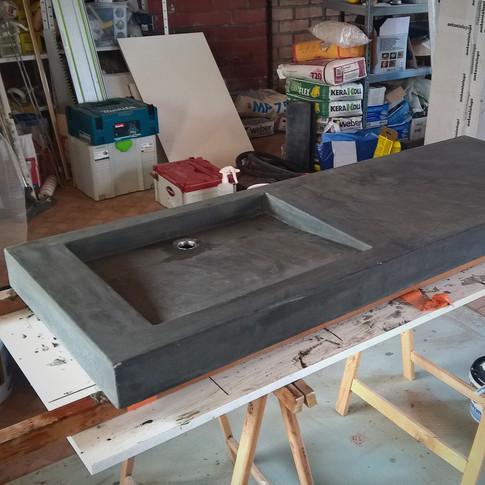betonnen wastafel uit mal