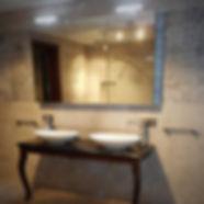 Exclusieve badkamer met maatwerk badmeubel en dorloopdouche