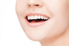 審美的治療 ホワイトニング(歯の漂白)や 変色しない材料を使って歯を被せます