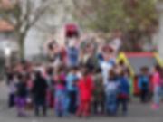 clowns et enfants dans une cours d'école