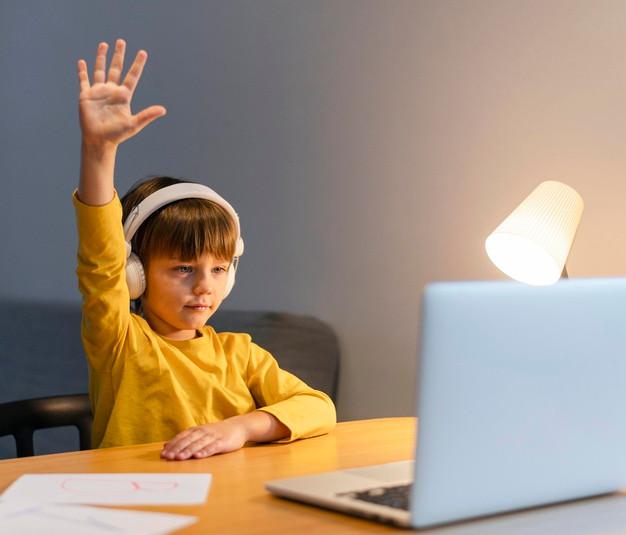 Niño participando en clase online