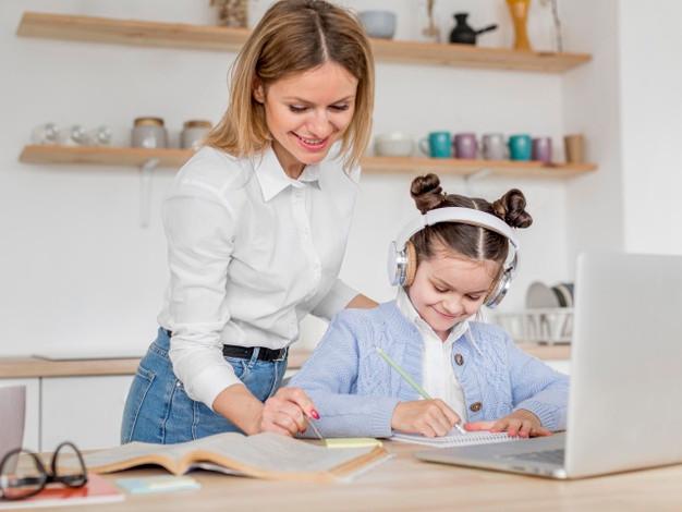Madre e hija estudiando con la computadora