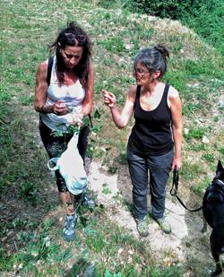 Blanca y Nere recogiendo plantas