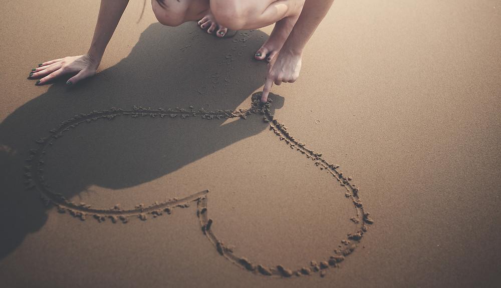 Imagen de un corazón dibujado en la arena