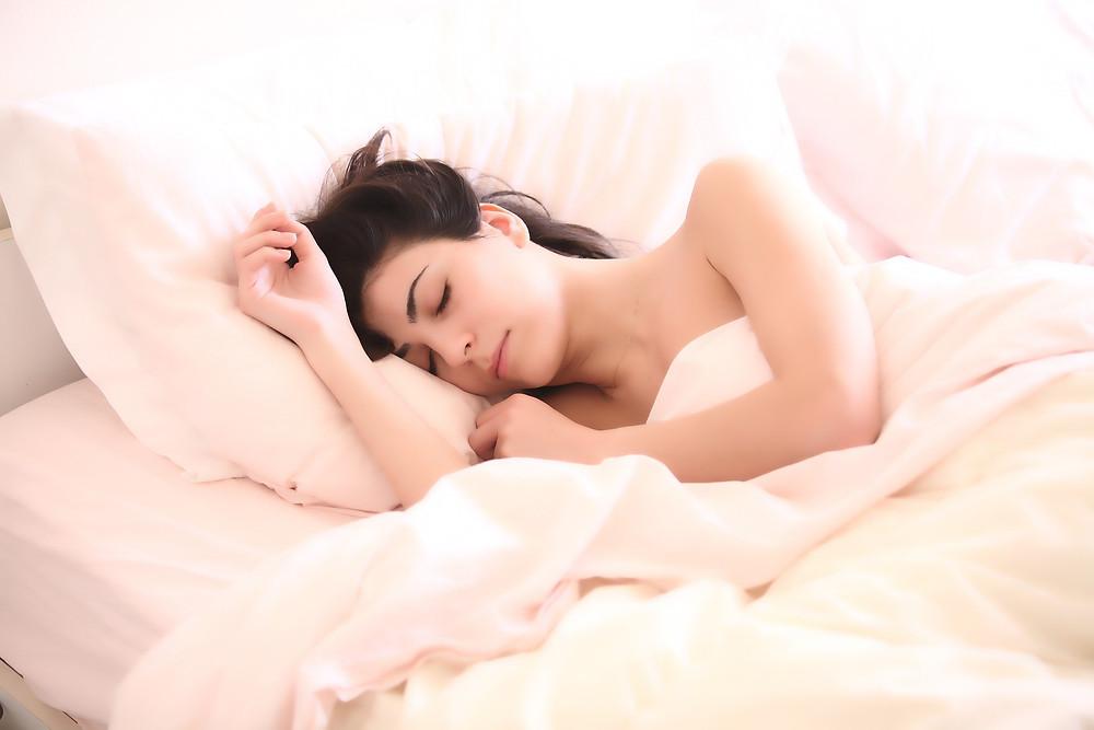 Fotografía de una chica durmiendo en la cama