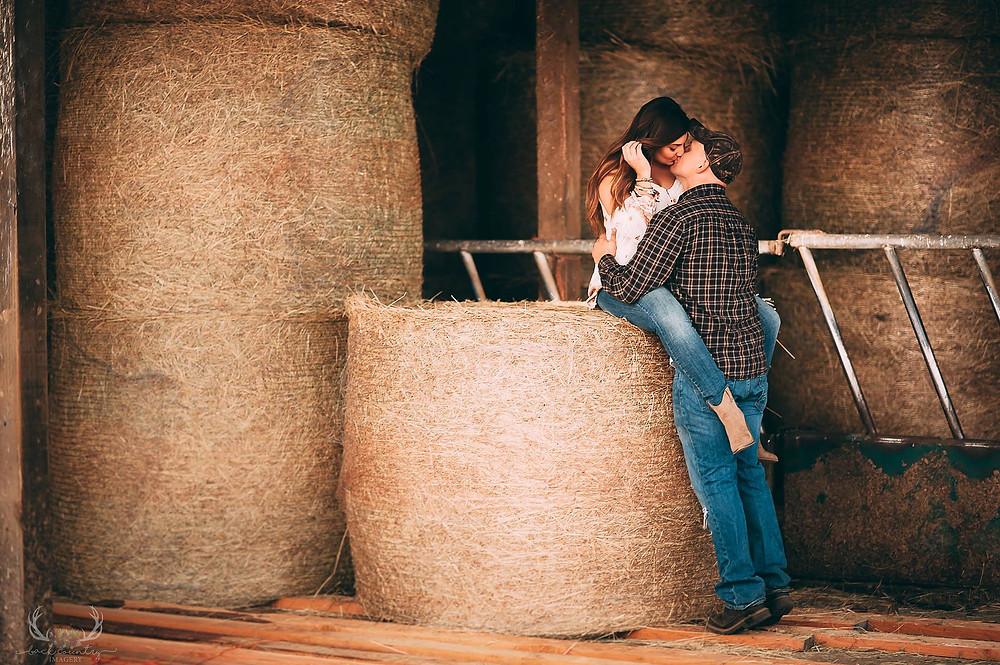 Una pareja besándose en un granero