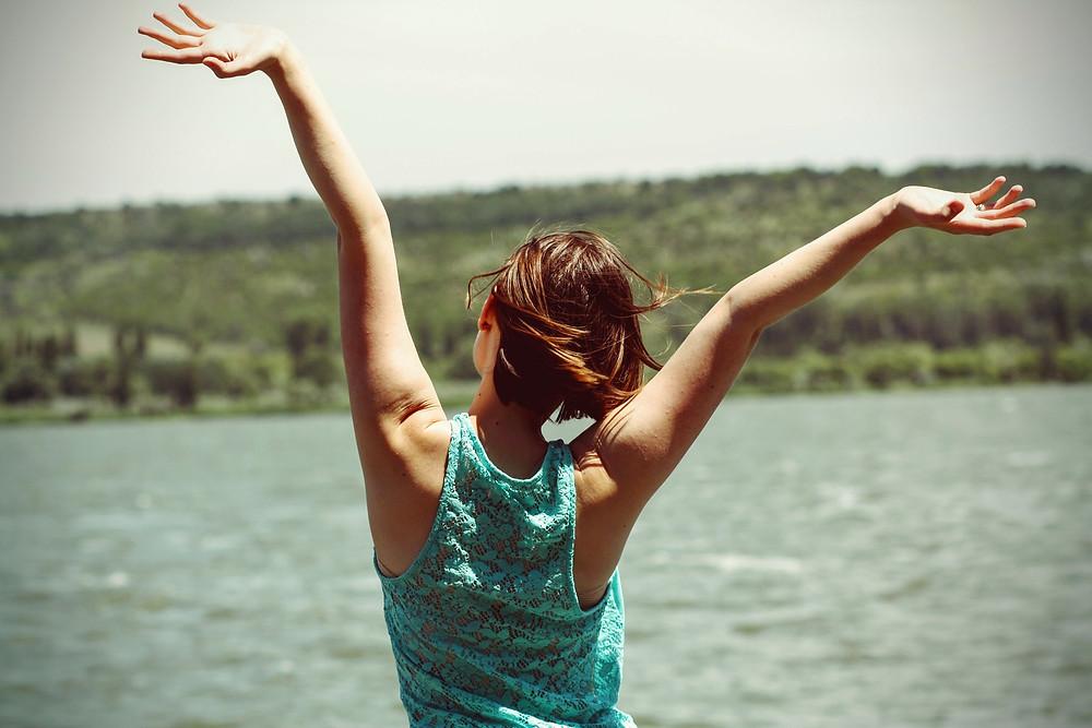 Imagen de una persona relajada, feliz, con bienestar